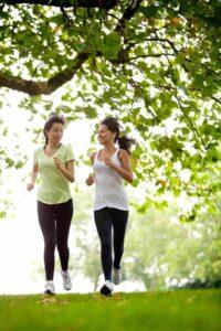 Correr sobre tierra o césped reduce el impacto